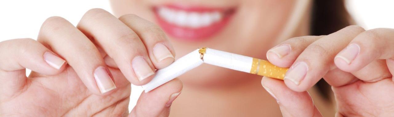 Une femme brisant en deux une cigarette