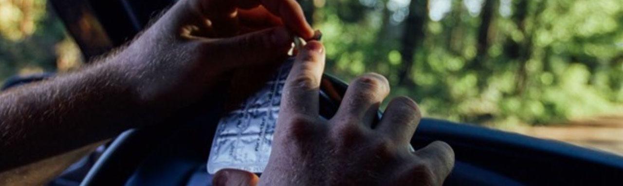 Gros plan sur les mains d'un homme enlevant une gomme de l'emballage.