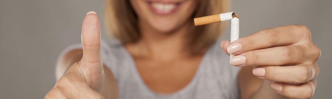 Une femme avec une cigarette brisée dans la main