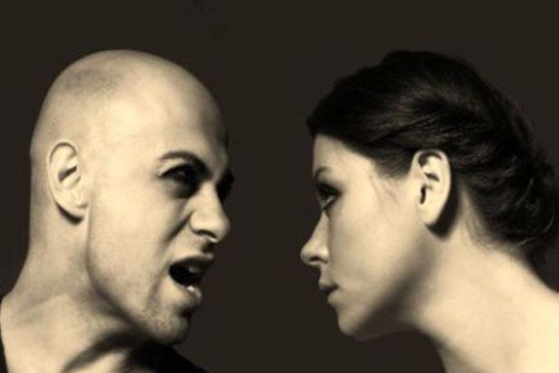 Un homme cris sur une femme sur un fond gris