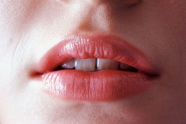 Gros plan sur la bouche semi-ouverte d'une femme