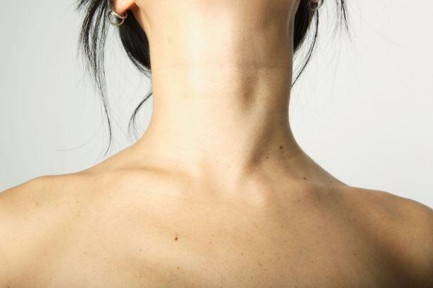 Gros plan sur le cou d'une femme