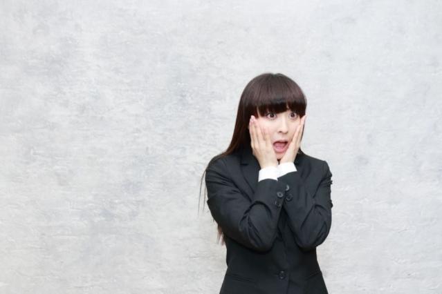 Une femme anxieuse se tient dos à un mur
