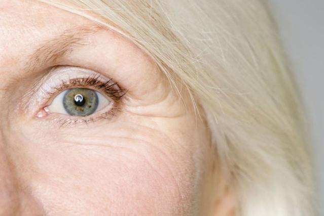 Gros plan sur l'œil d'une femme agée