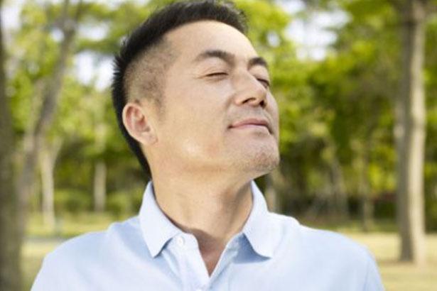 Un homme respire l'air pur dans une foret