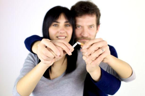 Un couple tient une cigarette brisée