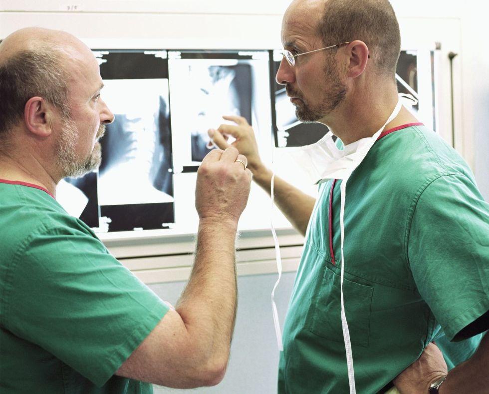 Deux médecins discutent devant une radiographie