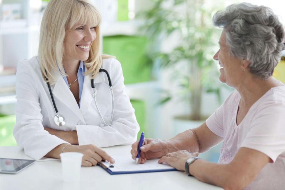 Une femme parle avec une médecin