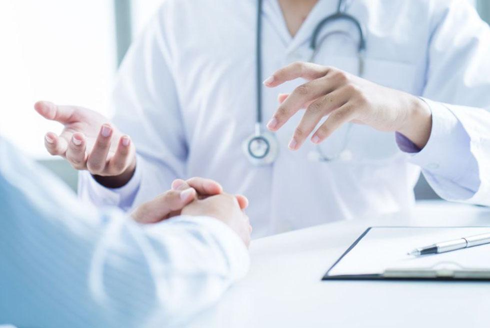Gros plan sur les mains de deux médecins entrain de discuter