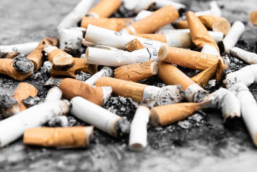 Des mégots de cigarettes renversés sur le sol